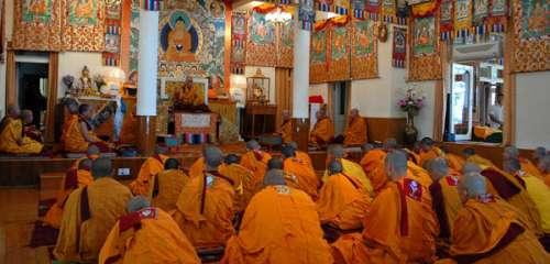 Его Святейшество Далай-лама даровал монашеские обеты