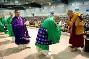 Далай-лама приветствует японских буддийских монахов после исполнения ими Сутры Сердца, предварявшего публичную беседу в Йокогаме