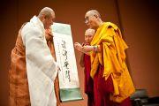 Его Святейшество получает особый свиток от старейшего корейского монаха. 27 июня 2010