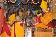 102-й Ганден Трипа (глава школы Гелуг) Джамгон Гьялва Ризонг Ринпоче совершает подношение мандалы Его Святейшеству Далай-ламе в монастыре Самтенлинг в деревне Сумур. 21 июля 2010.