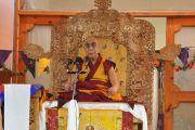 Его Святейшество Далай-лама обращается к тысячам буддистов из различных уголков долины Нубра и других стран, выступая с публичной лекцией в монастыре Самтенлинг в деревне Сумур, Ладак. 21 июля 2010.
