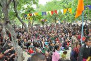Тысячи буддистов слушают учения Его Святейшества Даалй-ламы в монастыре Самтенлинг в деревне Сумур, Ладак. 21 июля 2010.
