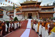 Монастырь Самтенлинг, украшенный флагами, перед прибытием Его Святейшества Далай-ламы. 20 июля 2010