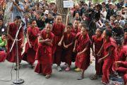 Маленькие монахи демонстрируют искуство ведения диспута перед Его Святейшеством Далай-ламой