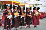 Жительницы Ладака в традиционных костюмах ожидают прибытия Его Святейшества Далай-ламы в монастырь Самтенлинг. 20 июля 2010.