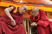 Его Святейшество Далай-лама беседует с Ганден Трипой (главой школы Гелуг) во время философских диспутов в школе монастыря Самтенлинг в деревне Сумур, Ладак. 21 июля 2010.