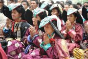 Верующие слушают Его Святейшество Далай-ламу в монастыре Самтенлинг в деревне Сумур, Ладак. 21 июля 2010.