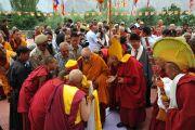 Его Святейшество Далай-лама в сопровождении Ганден Трипы приветствует администрацию монастыря Самтенлинг.