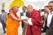 Досточтимый Тиксе Ринпоче встерчает Его Святейшество Далай-ламу по прибытии в монастырь Дискет.