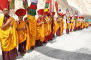 Монахи встречают Его Святейшество Далай-ламу в монастыре Ярма Гонбо в долине Нубра (Ладак).