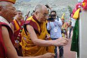 Его Святейшество Далай-лама открывает именную табличку на постаменте статуи Будды Майтреи в монастыре Дискет. 25 июля 2010.