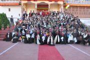 Далай-лама добровольными помощниками монастыря Самтенлинг перед отъездом в монастырь Ярма Гонбо. 23 июля 2010.