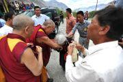 Пожилая женщина прощается с Далай-ламой перед его отъездом из Дискета, долины Нубра, Ладак. 28 июля 2010