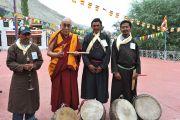 С музыкантами, которые приветствовали Далай-ламу в монастыре Самтенлинг в долине Нубра. 20 июля 2010