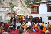 Его Святейшество Далай-лама прощается со своими последователями после учений в монастыре Яма Гонпо, Ладак. 23 июля 2010
