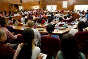 Далай-лама обращается к профессору С.К.Тандону, вице-канцлеру Делийского университета во время диалога со студентами и преподавателями. 9 августа 2010