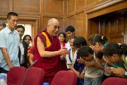 Его Святейшество с тибетскими студентами Делийского университета. 10 августа 2010