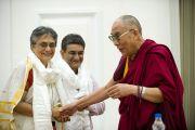 Его Святейшество Далай-лама с организаторами программы в Делийском университете. 10 августа 2010