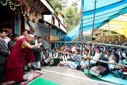 Его Святейшество приветствует собравшихся в гелугпинском монастыре в Манали, 17 августа 2010.