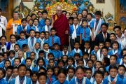 Его Святейшество с детишками из школы Дагпо Шедрублинг в Каисе, неподалеку от Манали, 17 августа 2010.