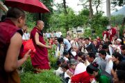 Его Святейшество приветствует своих последователей по прибытию в Манди, 16 августа 2010.