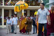 Его Святейшество прибывает в монастырь Дагпо Шедрублинг в Каисе, неподалеку от Манали, 17 августа 2010.