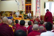 Его Святейшество наблюдает за философским диспутом в монастыре Дагпо Шедрублинг в Каисе, неподалеку от Манали, 17 августа 2010.