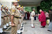 Его Святейшество приветствует местную полицию в Манди, 17 августа 2010.