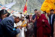 Далай-лама приветствует верующих по прибытии в Джиспу, Химачал Прадеш, 18 августа 2010