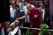 Далай-лама приветствует пожилых тибетцев, пришедших на его учения в Манали 22 августа 2010