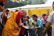 Традиционное приветствие Далай-ламы по прибытии в Манали 22 августа 2010.