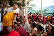 """Его Святейшество Далай-лама приветствует собравшихся перед началом учений по """"Алмазной сутре"""" 28 августа 2010."""