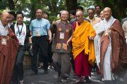 """Его Святейшество Далай-лама по дороге из своей резиденции к месту проведения учений 28 августа 2010. Далай-ламу сопровождают организаторы учений из Кореи, попросившие даровать наставления по """"Алмазной сутре""""."""