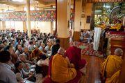 """Внутри главного храма Дхарамсалы. Учения по """"Алмазной сутре"""", даруемые по просьбе корейских буддистов. 28 августа 2010."""