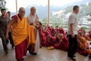 """Далай-лама возвращается в храм перед началом второй сессии учений по """"Алмазной сутре"""" 28 августа 2010."""