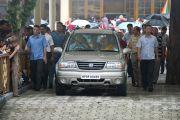 """Далай-лама возвращается в свою резиденцию по окончании первого дня учений по """"Алмазной сутре"""". 28 августа 2010."""