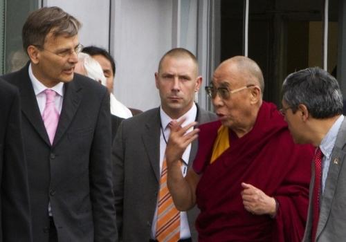 В аэропорту Его Святейшество Далай-ламу встречал мэр Будапешта Габор Демски