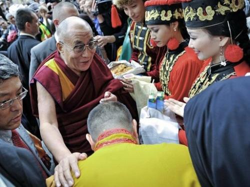 Верховный лама Калмыкии и паломники из России приветствуют Его Святейшество Далай-ламу у гостиницы