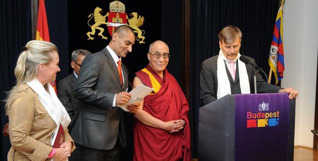 Мэр Будапешта Габор Демски выступает на церемонии вручения Далай-ламе звания почетного гражданина города