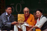 Спикер Тибетского парламента в изгнании Пенпа Церинг и вице-спикер Долма Гьяри вручают Далай-ламе Золотую печать по случаю 50-й годовщины начала демократизации тибетского сообщества.  2 сентября 2010, Билакуппе, штат Карнатака, Индия.