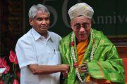 Его Святейшество Далай-лама с министром медицинского образования штата Карнатака Рамачандрой Гаудой. 2 сентября 2010, Билакуппе, штат Карнатака, Индия.