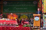Его Святейшество Далай-лама на церемонии по случаю 50-й годовщины начала демократизации тибетского сообщества. 2 сентября 2010, Билакуппе, штат Карнатака, Индия.