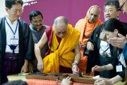 Его Святейшество Далай-лама поворачивает колесо прялки, которой пользовался Ганди, объявивший в Индии движение за самодостаточность и независимость от британских завоевателей. Кочи, штат Керала, 4 сентября 2010