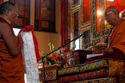 Дорзонг Ринпоче совершает традиционные подношения Его Святейшеству Далай-ламе в монастыре Дорзонг Тубтен Донгак Рабгьял Чолинг во время проведения церемонии освящения 12 сентября 2010. Фото: Абхишек Мадхукар