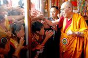 Его Святейшество Далай-лама приветствует молодых монахов и школьников  в монастыре Дорзонг Тубтен Донгак Рабгьял Чолинг 12 сентября 2010. Фото: Абхишек Мадхукар