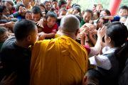 Школьники тянутся за благословением Далай-ламы в монастыре Дорзонг Тубтен Донгак Рабгьял Чолинг 12 сентября 2010. Фото: Магюэль Бауэр