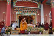 Его Святейшество Далай-лама кланяется по завершении церемонии открытия монастыря Дорзонг Тубтен Донгак Рабгьял Чолинг для проведения церемонии освящения 12 сентября 2010. Фото: DIIR