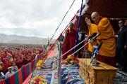 Его Святейшество Далай-лама приветствует 25-тысячную аудиторию в Ламдонской школе в Лехе, Ладак, собравшуюся для  участия в молебне в память о жертвах наводнения. 13 сентября 2010