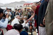 Его Святейшество утешает людей, пострадавших от наводнения в Чогласаре, Ладаке. 13 сентября 2010