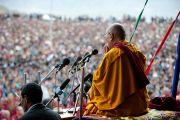 Его Святейшество Далай-лама читает молитвы в память о жертвах наводнения. Ламдонская школа в Лехе, Ладак. 13 сентября 2010